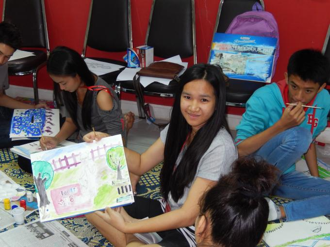 Youth volunteer learning to draw about Child Rights
